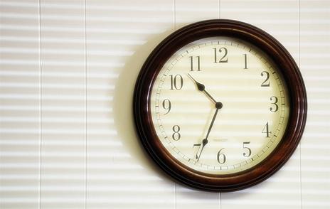 Reloj mostrando horas en la oficina ['10:34' con Creative Commons de Bob AuBuchon (Flickr)]